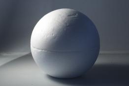Kugel unter weichem Weitenlicht (mit Diffusor gesoftet); die Schattierung ist nun gut erkennbar und der (gesoftete) Schlagschatten konkurriert nicht mehr mit der Form.
