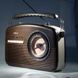 Radio unter hartem Seitenlicht, mit Kicker-Licht gegenüber