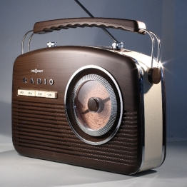 Radio unter weichem Seitenlicht, mit hartem Kicker