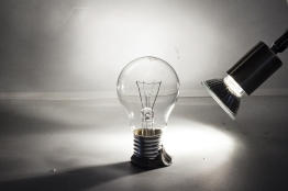 Glühbirne im Gegenlicht (erzeugt durch ein Spotlicht im Hintergrund)