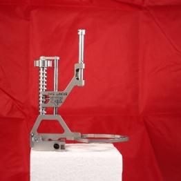 Medizingerät unter weichem Seitenlicht, von li und von re, vor farbigem Hintergrund, um das Freistellen zu erleichtern.