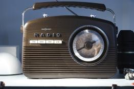 Radio, im Kreuzlicht.