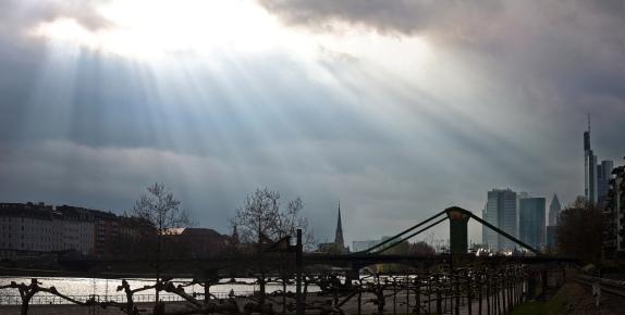 Echte Strahlenbüschel, hier über Frankfurt