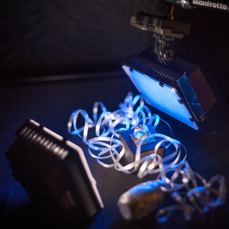 Making-of, zwei Neewer-LED-Lampen, die hintere mit blauem Gel ...