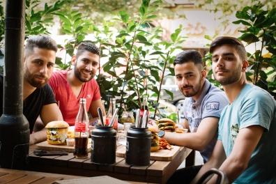 Burgerladen Der Fette Bulle -- nette Gäste am Nachbartisch (sie haben auf dem Foto bestanden)