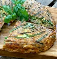 Tortilla mit grünem Spargel und Käse