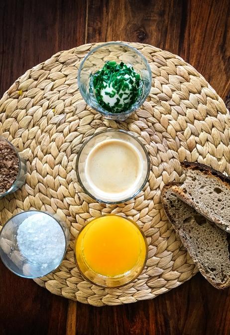 Frühstück mit Ei im Glas